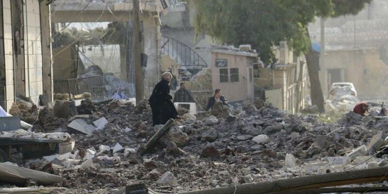 Luftangriff bei Aleppo - Foto: Thiqa News Agency/AP/dpa