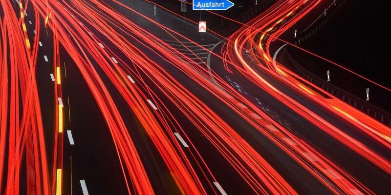 Autos bei Nacht - Foto: Julian Stratenschulte