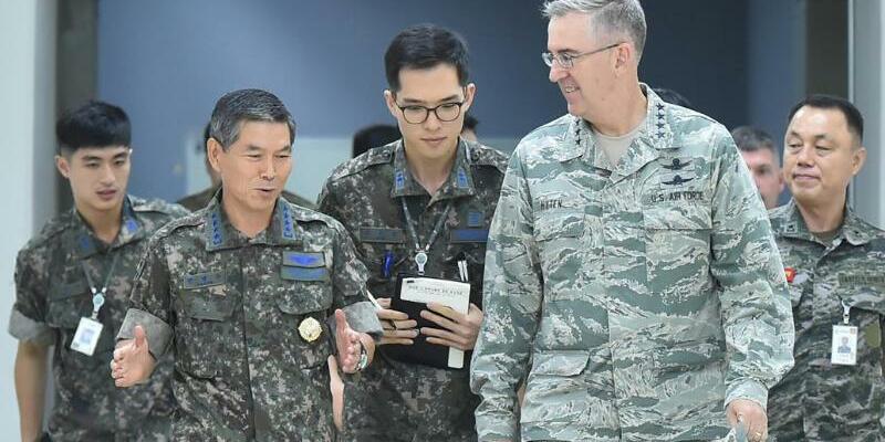 John Hyten - Foto: US-General John Hyten (r.)im Gespräch mit Jeong Kyeong-doo, dem Generalstabschef der südkoreanischen Armee. Foto:YNA