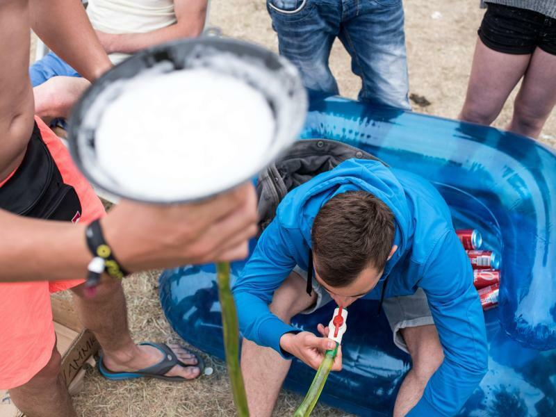 Bier aus Trichter trinken - Foto: Ole Spata/Symbolbild
