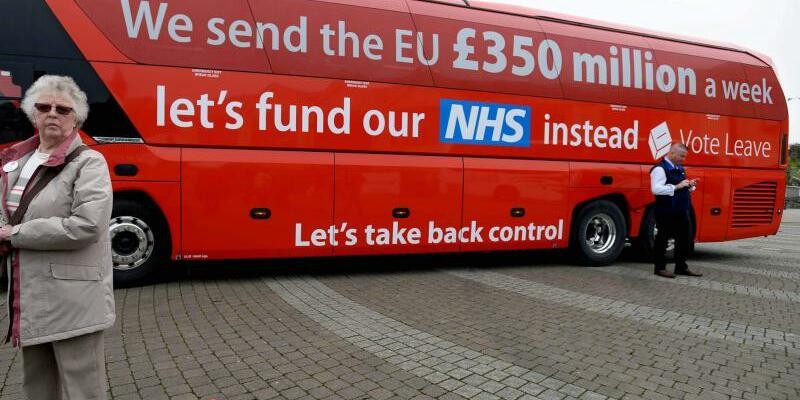 Postfaktische Brexit-Kampagne - Foto: Postfaktische Brexit-Kampagne:Auf diesem Bus wurde eine völlig übertriebene Summe genannt, die die Briten angeblich an die EUzahlen - gleich nach dem Erfolg imReferendum gaben die Initiatoren zu, dass die Zahlen falsch waren.Foto:str