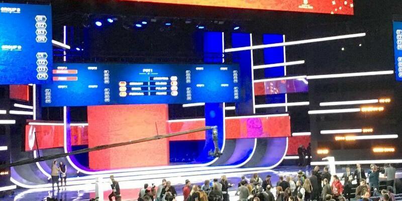 WM-Auslosung - Foto: Journalisten stehen in Moskau in der Halle, in der die Auslosung für die Fußball-WM stattfindet. Foto:Thomas Körbel