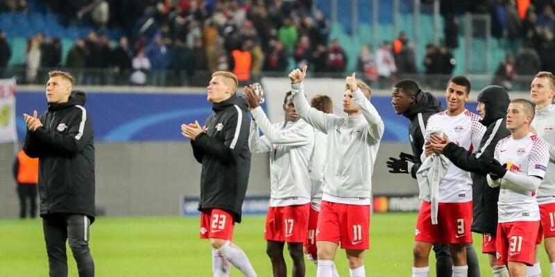 Abschied mit Applaus - Foto: Leipzigs Spieler bedanken sich nach der Niederlage bei den Zuschauern und verabschieden sich aus der Champions League. Foto:Jan Woitas