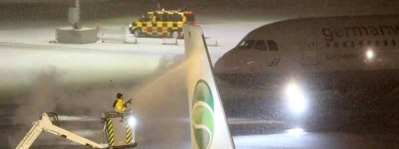 Schnee am Flughafen Hamburg - Foto: An vielen Flughäfen blieben Maschinen am Boden. Foto:Bodo Marks