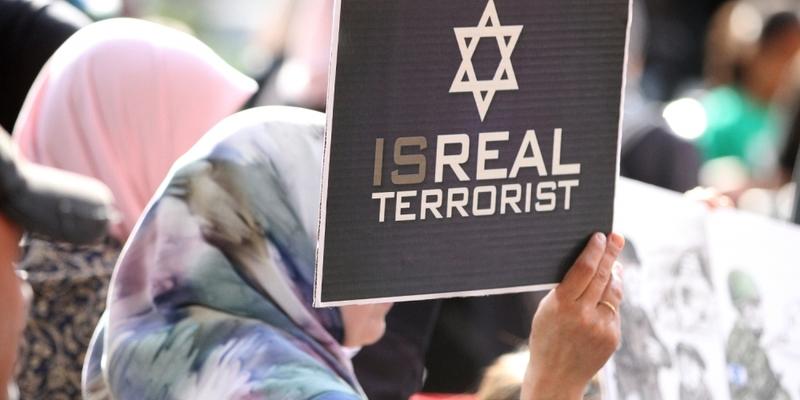 Demonstrantin mit Isreal Terrorist-Plakat - Foto: über dts Nachrichtenagentur