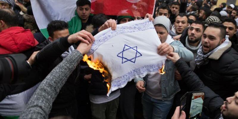 Demonstranten verbrennen Fahne mit Davidstern in Berlin - Foto: üdisches Forum für Demokratie und gegen Antisemitismus e.V.