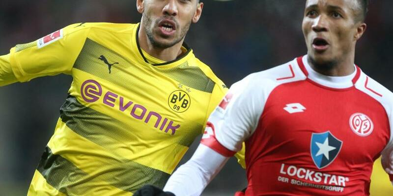 FSV Mainz 05 - Borussia Dortmund - Foto: BVB-Torjäger Pierre-Emerick Aubameyang (l) und der Mainzer Jean-Philippe Gbamin haben den Ball im Blick. Foto:Thomas Frey