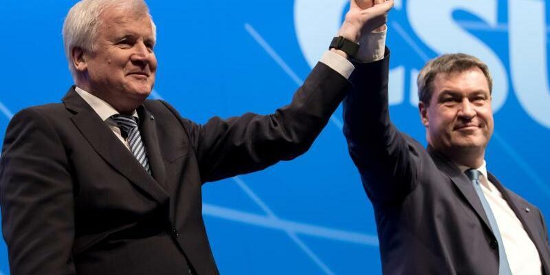 Parteitagsharmonie - Foto: Der Machtkampf ist vorüber:CSU-Chef Horst Seehofer und Markus Söder demonstrieren neue Einigkeit. Foto:Sven Hoppe