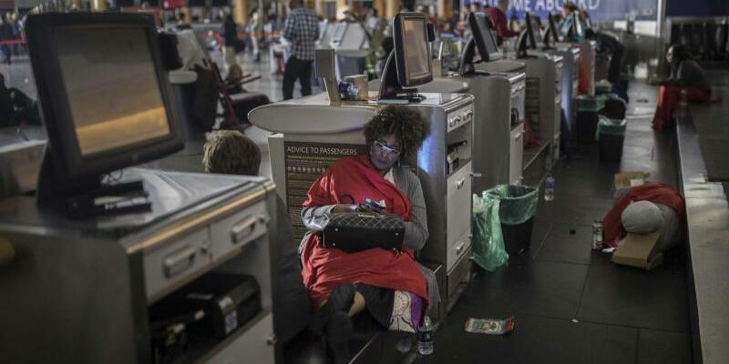 Stromausfall auf Flughafen Atlanta - Foto: Flugpassagiere warten im Flughafengebäude des Hartfield-Jackson Flughafens. Foto:Branden Camp