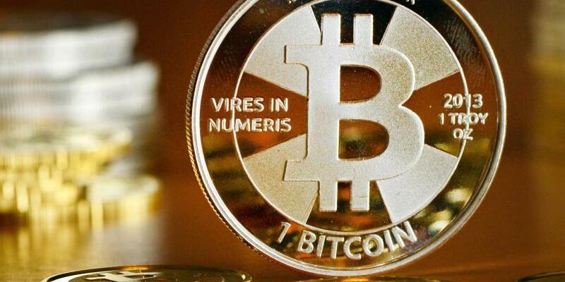 Bitcoin-Münzen - Foto: Zu Jahresbeginn kostete ein Bitcoin noch 1000 Dollar. Seither ging es steil aufwärts. Foto:Jens Kalaene