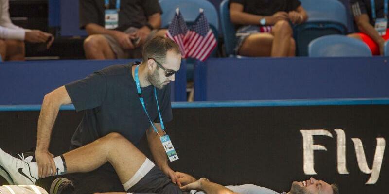 Aufgabe - Foto: Jack Sock aus den USA wird mit einer Verletzung behandelt und muss sein Match gegen den Japaner Yuichi Sugita aufgeben. Foto:Tony Mcdonough