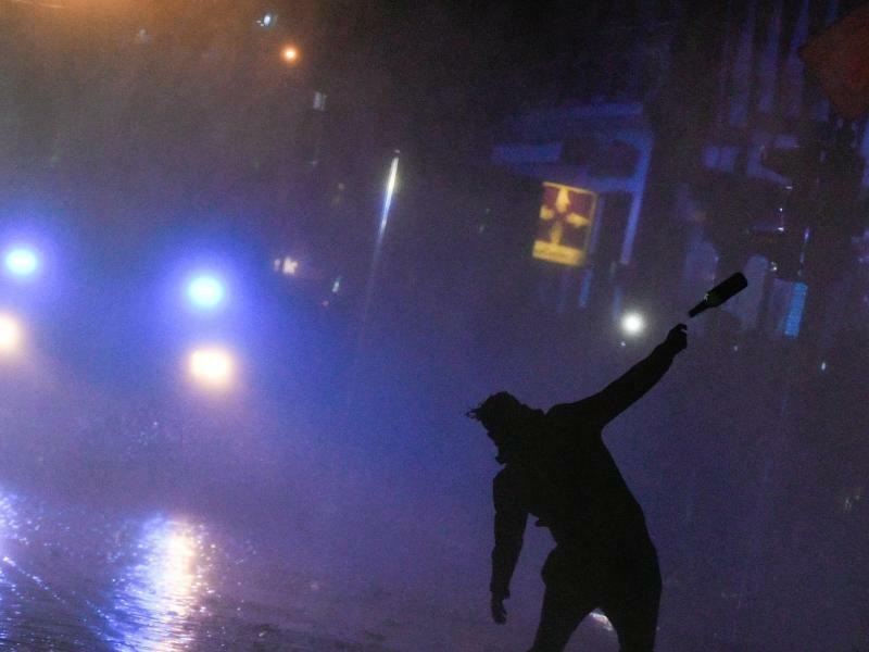 Flaschenwurf - Foto: Ein Demonstrant attackiert bei den G20-Krawallen in Hamburg einen Wasserwerfer mit einem Flaschenwurf. Foto:AxelHeimken