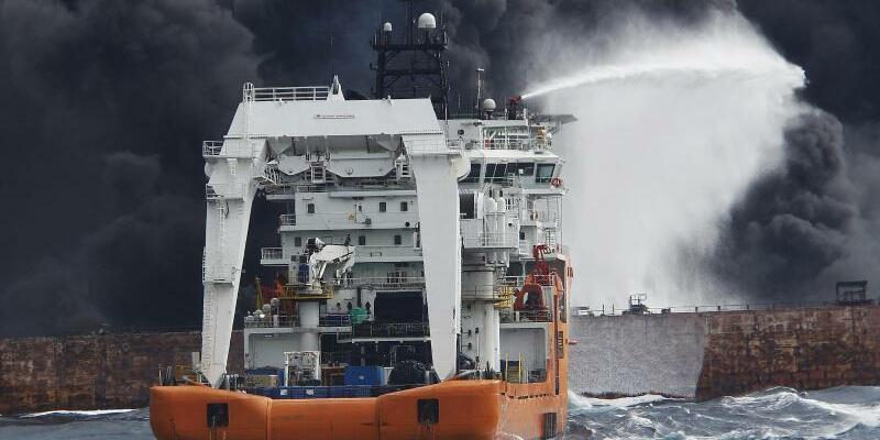 Löschversuch - Foto: Mehr als ein Dutzend Schiffe versuchten vergeblich, den riesigen Brand auf dem Öltanker zu löschen. Foto:XinHua