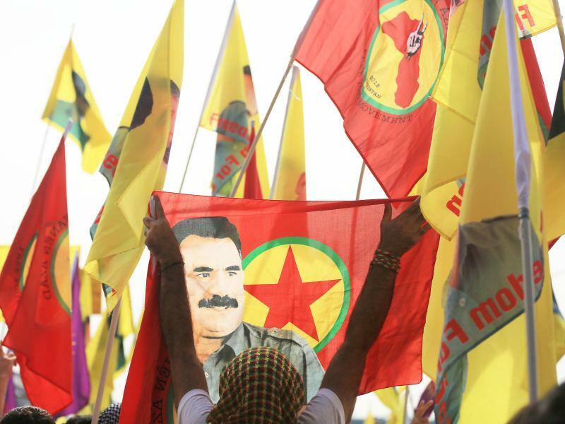 Fahnen - Foto: Verbotene Fahnen mit dem Abbild des PKK-Anführers Abdullah Öcalan bei einer Kundgebung in Köln. Foto:Oliver Berg/Symbolbild