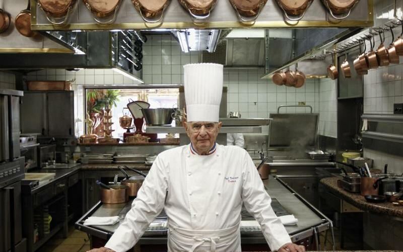 Bocuse in seinem Sternerestaurant - Foto: Paul Bocuse im März 2011 in der Küche seines Sternerestaurants «L?Auberge du Pont de Collonges» in Collonges-au-Mont-d?Or bei Lyon. Foto:Laurent Cipriani/Archiv