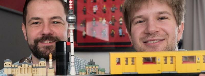 Lego wird 60 - Foto: Stephan Birner (l) mit einer Berlin-Silhouette aus Lego-Steinen und Felix Fleischer mit einem Lego-Modell der Berliner U-Bahn. Foto:Jörg Carstensen