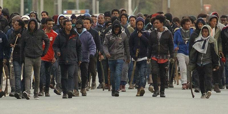 Auseinandersetzungen zwischen Migranten in Calais - Foto: Uncredited/AP