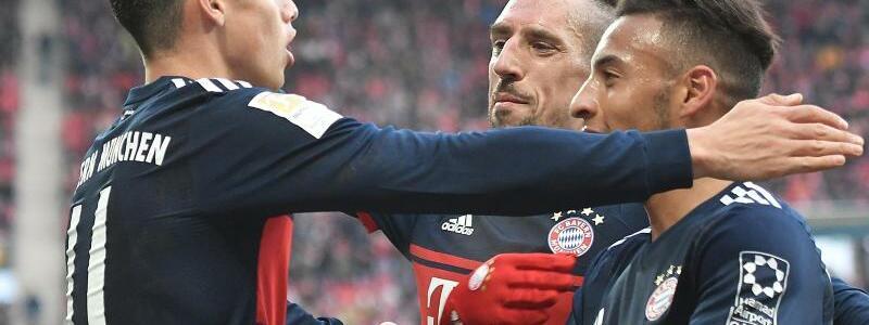 FSV Mainz 05 - Bayern München - Foto: Bayerns James Rodriguez (l) lässt sich nach seinem Tor in Mainz von Franck Ribéry (M.) und Corentin Tolisso feiern. Foto:Torsten Silz