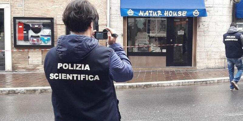 Forensiker - Foto: Italienische Kriminaltechniker fotografieren einen Tatort in Macerata. Foto:Carotti/ANSA/AP/dpa