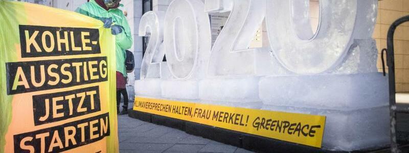 Demo vor der SPD-Parteizentrale - Foto: Mit riesigen Eisblöcken demonstrierte Greenpeace am Rande der Koalitionsgespräche für mehr Klimaschutz. Foto:Ruben Neugebauer/Greenpeace Germany/dpa