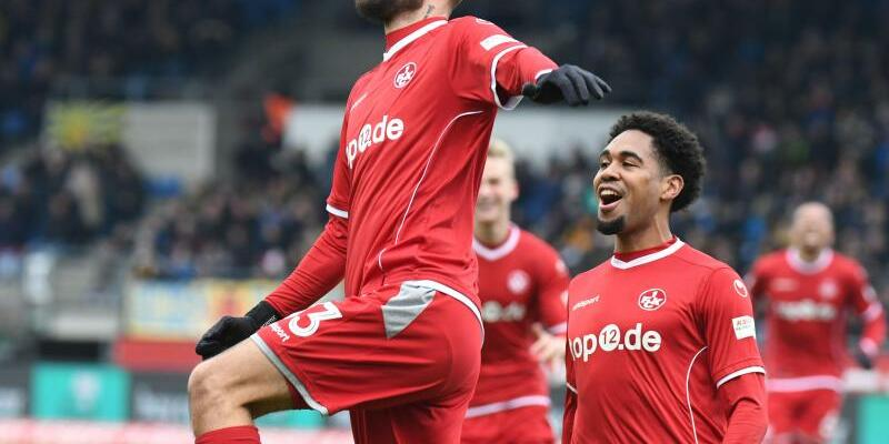 Doppelpack - Foto: Kaiserslauterns Lukas Spalvis bejubelt seinen Treffer zum 2:0 gegen Braunschweig mit Phillipp Mwene (r). Foto:Peter Steffen