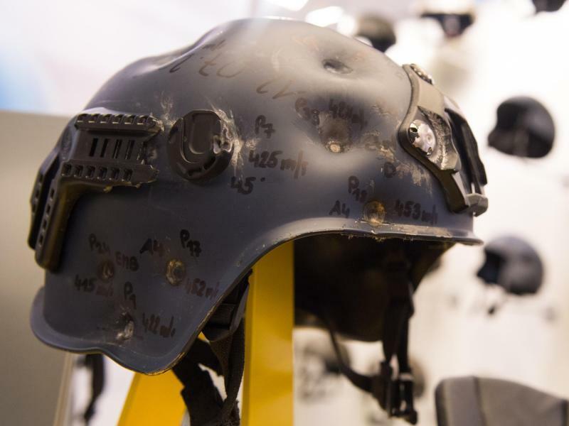 Hat was mitgemacht - Foto: Hat was mitgemacht: Bei einer Ausstellung am Rande des 21. Europäischen Polizeikongress zeigt ein Hersteller einen Helm, der mehrfach beschossen wurde. Foto:Annegret Hilse