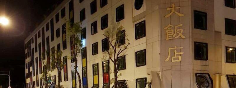 Erdbeben in Taiwan - Foto: Rettungskräfte vor einem eingestürzten Gebäude inHualien. Ein Erdbeben mit einer Stärke von 6,4 hat Taiwan erschüttert. Foto:Handout Hualien County Fire Bureau