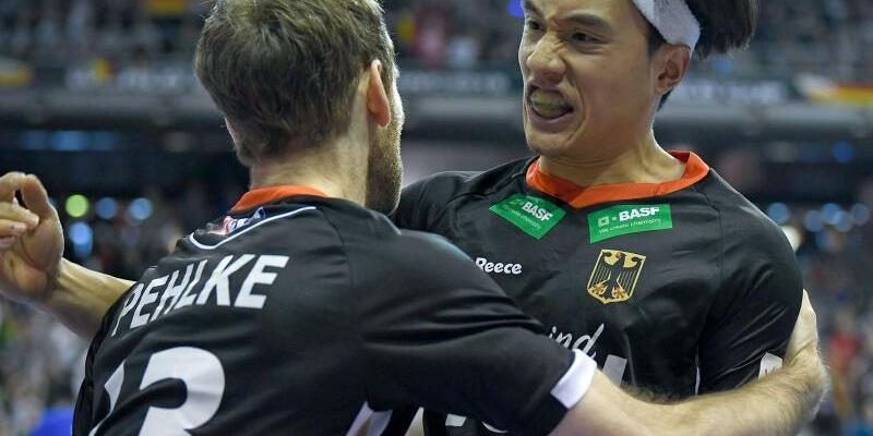 Torjubel - Foto: Fabian Pehlke (l) und Dan Nguyen bejubeln einen Treffer im Spiel gegen das iranische Team. Foto:Britta Pedersen