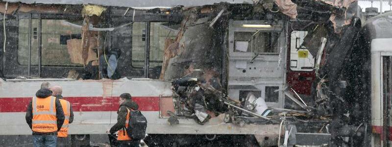 Unglückswaggon - Foto: Bei einem Waggon der 1. Klasse wurde die gesamte Fensterfront weggerissen. Foto:Erwin Scheriau