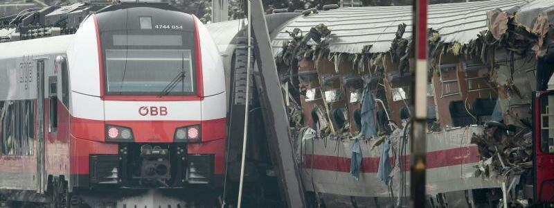 Zugunfall in Österreich - Foto: Bei einem Waggon an der Spitze des EC wurde die gesamte Fensterfront weggerissen. Foto:Erwin Scheriau