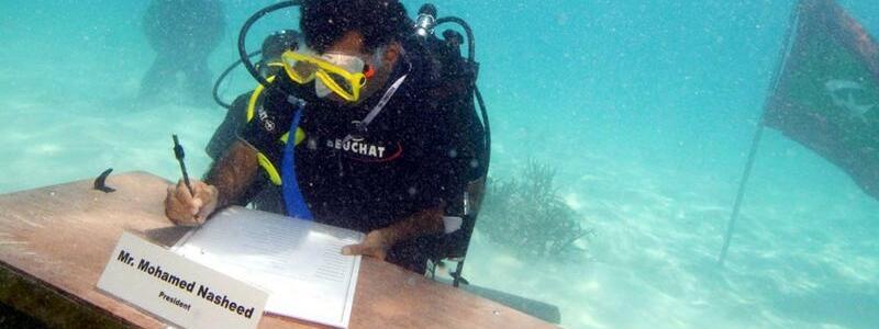 Hilfeschrei - Foto: Hilfeschrei: Mohamed Nasheed, Staatsoberhaupt der Maliediven, bei der weltweit ersten Unterwasser-Kabinettssitzung einer Regierung. Foto:epa