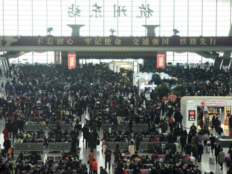 Unterwegs - Foto: Reisende warten in Hangzhou auf ihre Züge. Vor dembevorstehendenNeujahrsfest hat in China die größte Reisewelle der Welt Fahrt aufgenommen:Millionen Reisende sind auf dem Weg in ihre Heimatprovinzen, um dort mit ihren Familien ins Jahr des Hundes zu fe