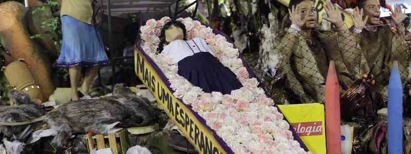 Karneval in Rio - Foto: Die Sambaschule Beija-Flor beklagt den Tod der vielen unschuldigen Kinder. Foto:Silvia Izquierdo/AP