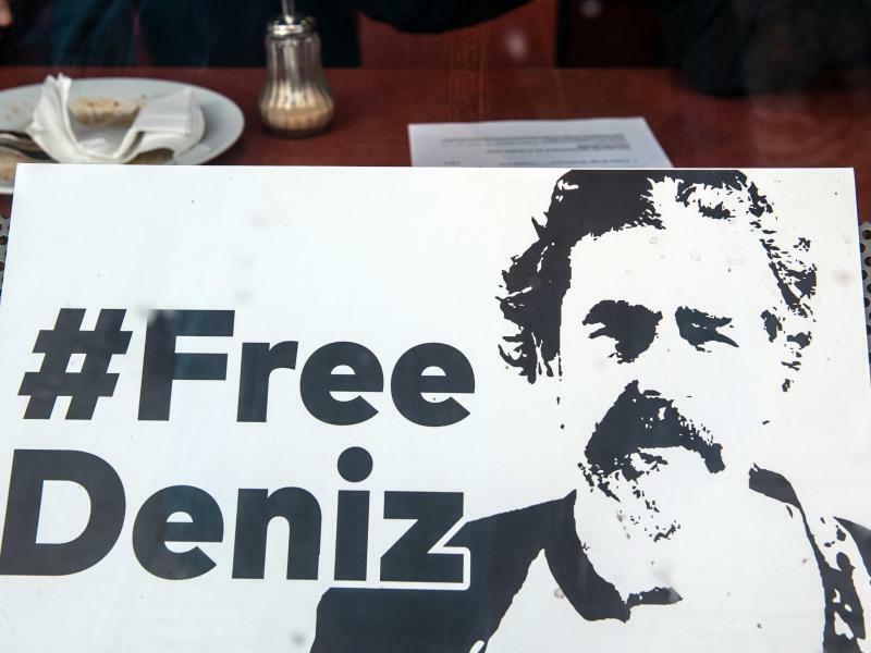 Deniz Yücel - Foto: «#Free Deniz» steht auf einem Plakat in einem Schaufenster eines Restaurants. Foto:Paul Zinken