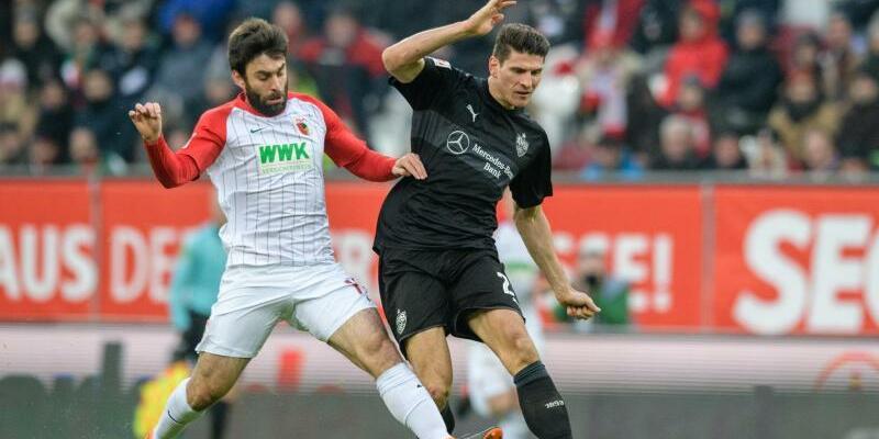 Vollblut-Torjäger - Foto: VfB-Spieler Mario Gomez (r) im Zweikampf um den Ball mit Jan Moravek vom FC Augsburg. Foto:Matthias Balk