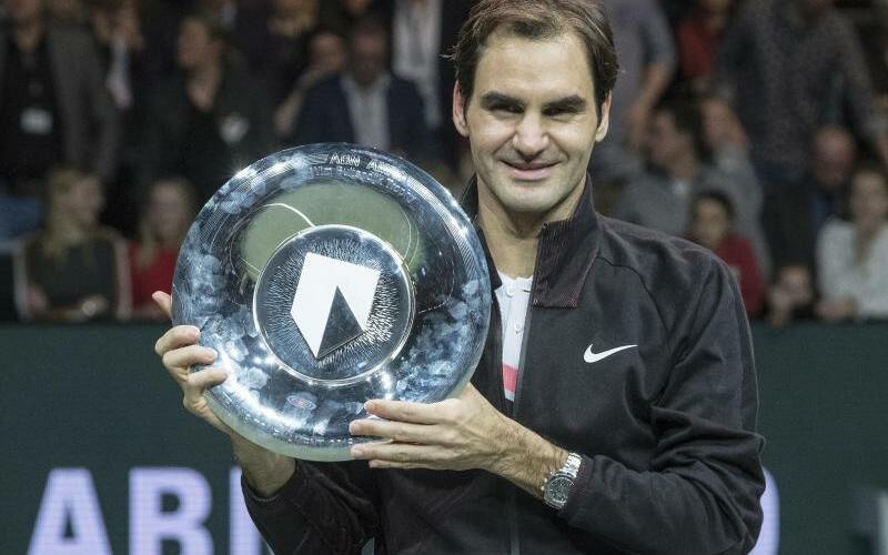 Nummer eins - Foto: Roger Federer jubelt mit seiner Trophäe über denTurniersieg in Rotterdam. Bereits mit Erreichen des Halbfinales war er wieder Nummer eins der Weltrangliste. Foto:Patrick Post