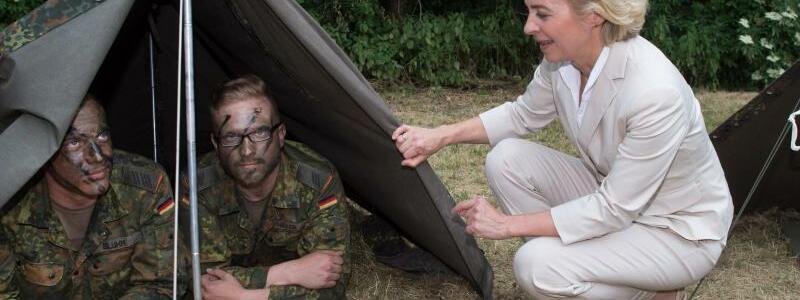 Bundeswehr - Foto: Verteidigungsministerin Ursula von der Leyen besucht Soldaten. Foto:Jochen Lübke/Archiv
