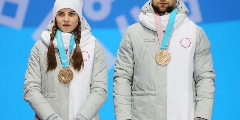 Dopingverdacht - Foto: Alexander Kruschelnizki (r) hatte mit Anastassija Brysgalowa Silber beim Curling-Mixed für das Team «Olympische Athleten aus Russland» gewonnen. Foto:Michael Kappeler