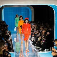 Mailänder Modewoche - Moschino - Foto: Jackie Kennedy war eine Stilikone. Bei der Show von Moschino feiert ihr Look eine Wiederauferstehung. Foto:Jin Yu/XinHua