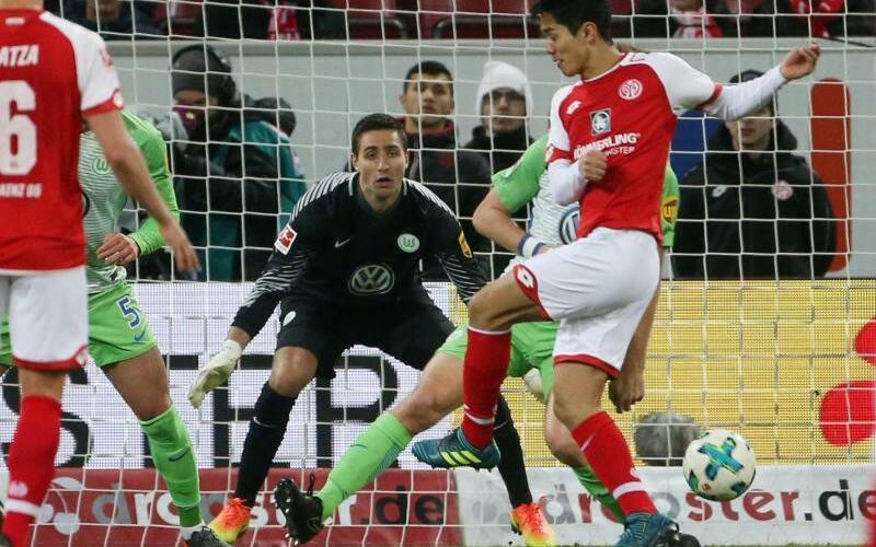 FSV Mainz 05 - VfL Wolfsburg - Foto: Der Mainzer Yoshinori Muto (r) trifft gegen Wolfsburgs Torwart Koen Casteels zum 1:1. Foto:Thomas Frei