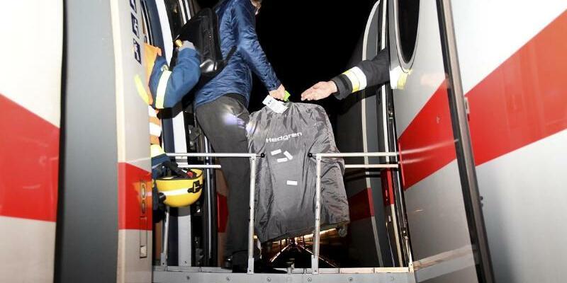 Umsteigen - Foto: Die Passagiere stiegen in einen zweiten Zug um. Foto:Alexander Keutz