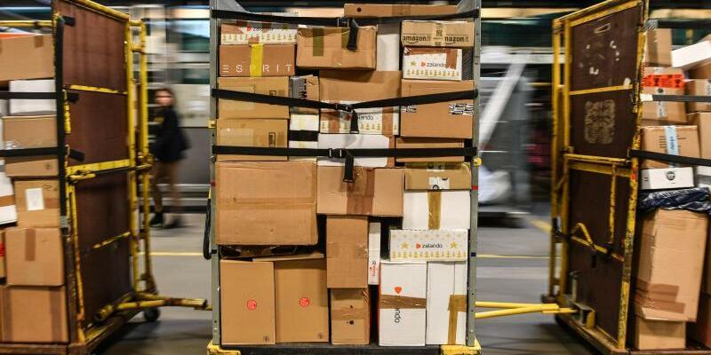 Pakete und Päckchen - Foto: Patrick Pleul/Symbol