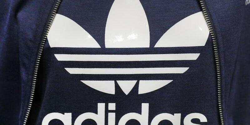 Adidas - Foto: Sportartikelhersteller Adidas plant massiv Aktien zurückzukaufen. In den kommenden Jahren sollen Aktien im Wert von rund drei Milliarden Euro zurückerworben werden. Foto:Daniel Karmann