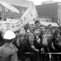 Beatles Tournee 1966 - Foto: Beatles-Fans 1966 auf dem Flughafen Hamburg. Foto:WRner Reuss