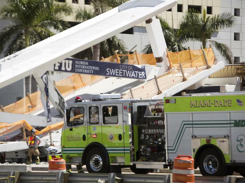 Unfallstelle - Foto: Die eingestürzte Fußgängerbrücke war erst wenige Tage alt. Foto:Daniel A. Varela/Miami Herald