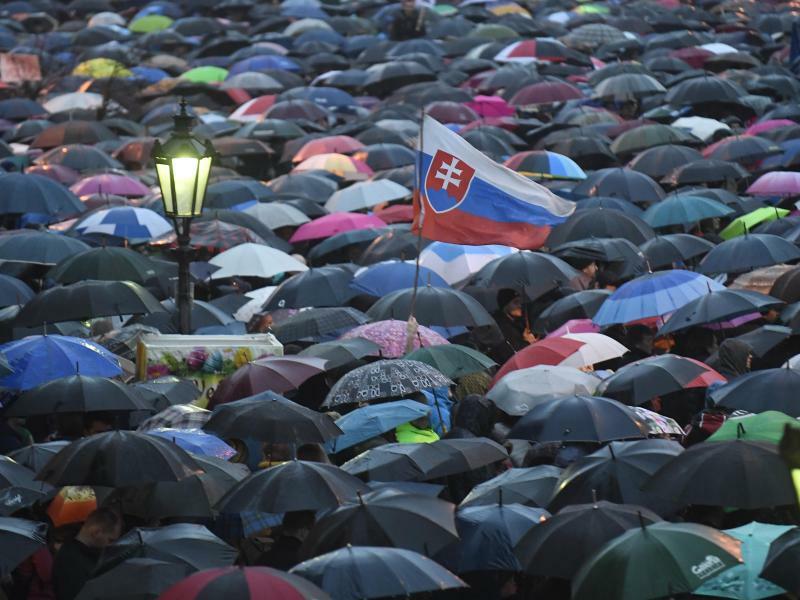 Demonstration - Foto: Ungeachtet des Rücktritts von Regierungschef Robert Fico sind erneut Zehntausende Slowaken auf die Straßen gegangen. Wie hier in Ko?ice und in zahlreichen anderen Städten forderten sie eine lückenlose Aufklärung im Fall des ermordeten Journalisten Jan Kuc