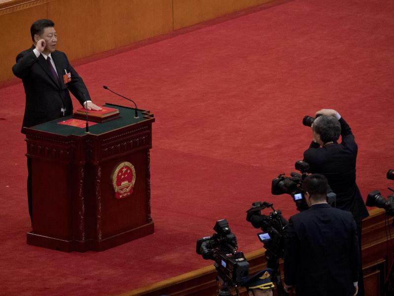 Xi Jinping - Foto: Xi Jinping ist als Präsident und Militärchef vonChina wiedergewählt worden. Hier legt er in der Großen Halle des Volkes beim 13. Volkskongress seinen Amtseid ab. Chinas Volkskongress hat eine weitreichende Umbildung der chinesischen Regierung gebilligt.