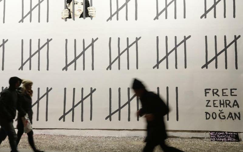 Banksy in New York - Foto: Der Graffiti-Künstler protestiert mit seiner Wandmalerei gegen die Inhaftierung der türkischen Malerin und Journalistin Zehra Dogan. Foto:Frank Franklin Ii
