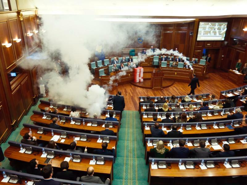 Tränengas im Parlament - Foto: Visar Kryeziu/AP
