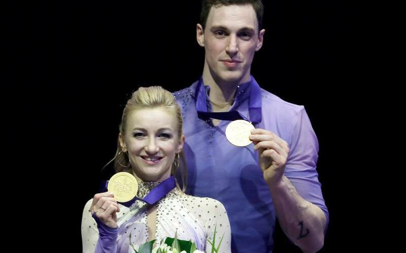 Brillantes Duo - Foto: Aljona Savchenko und Bruno Massot posieren mit ihren Gold-Medaillien bei der WM. Foto:Luca Bruno/AP